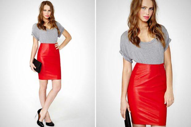кожаная красная юбка серая футболка