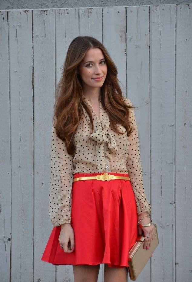 юбка короткая красная с золотым пояском под блузку бежевую в горошек