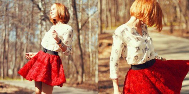 красная юбка с чем носить: блузка белая в цветочки