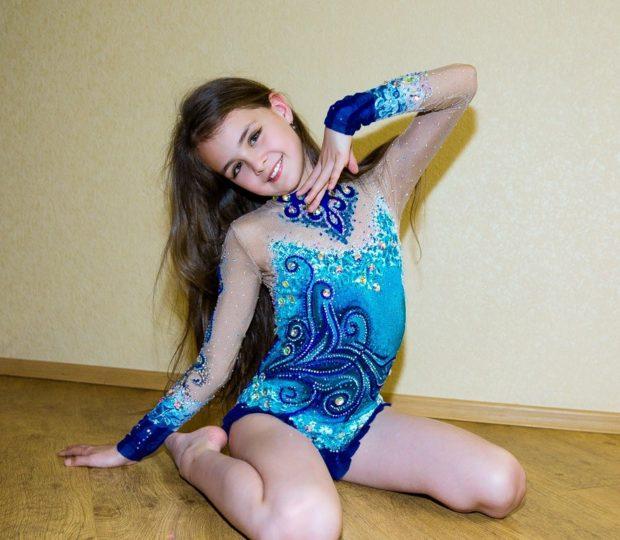 купальники для художественной гимнастики: голубой с синим с узорами рукав длинный