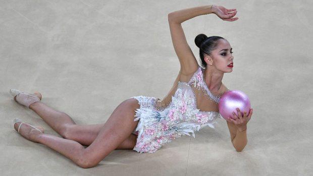 купальники для художественной гимнастики: серебро с перьями без рукава