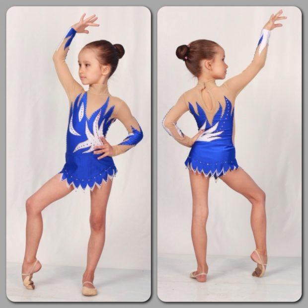 купальники для художественной гимнастики для выступлений: синий с белым юбка с острыми углами