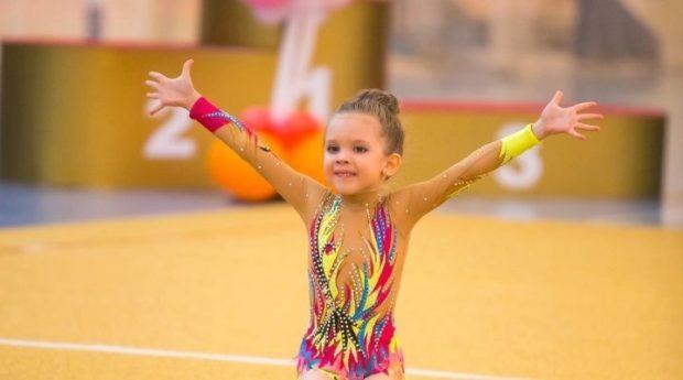 купальник художественная гимнастика 2018-2019: яркий с рукавом