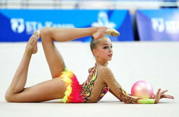 купальники для художественной гимнастики для выступлений: желто-красный с узорами