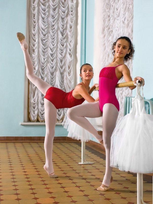 купальники для художественной гимнастики для выступлений: красный сиреневый без рукава