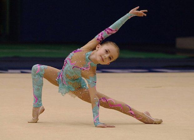 купальники для художественной гимнастики для выступлений: бирюзовый с розовым с сеткой