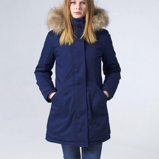 синяя осеняя куртка с мехом