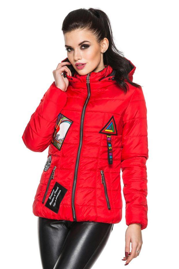 Модные куртки 2018-2019: красная короткая с абстракциями