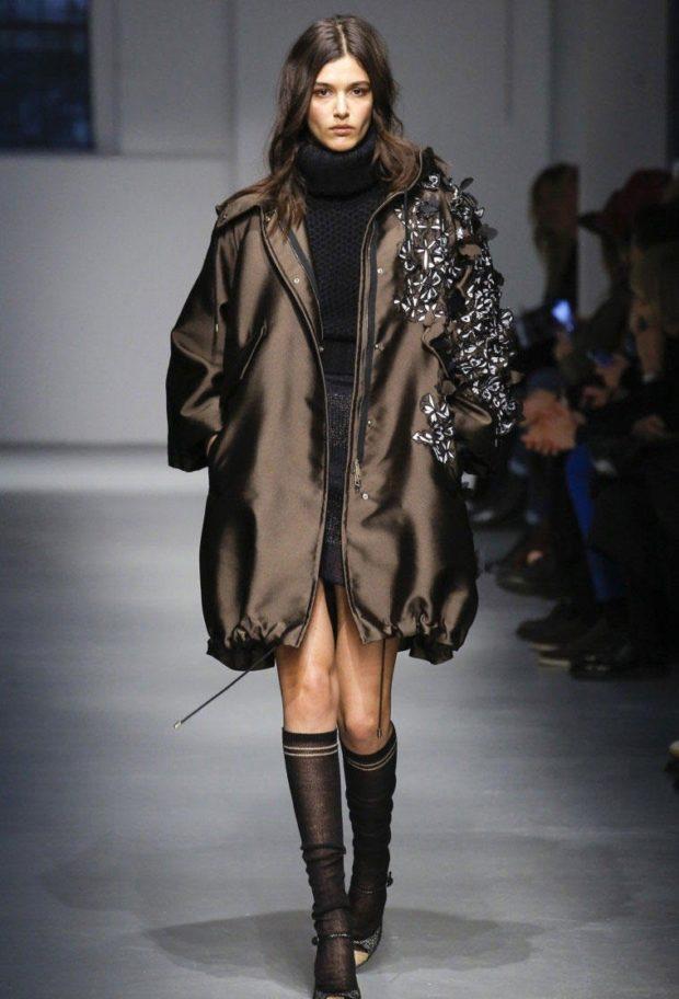 Куртки 2018-2019: пуховик оверсайз коричневый с украшением