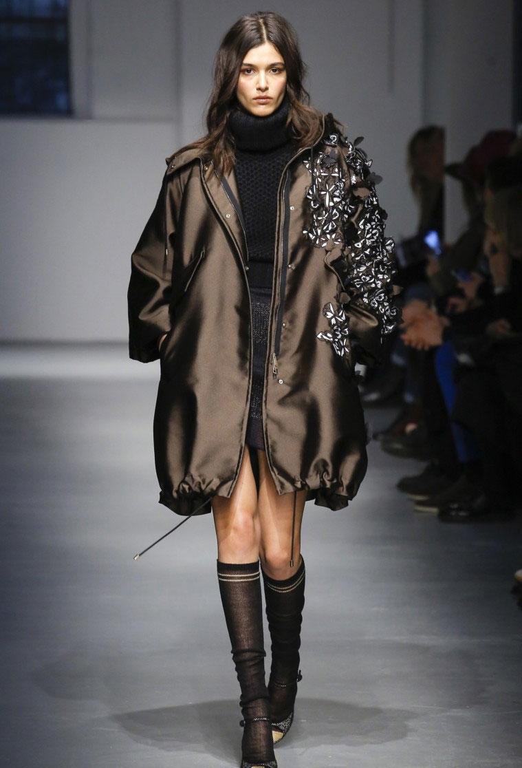 Куртки 2018 2019: пуховик оверсайз коричневый с украшением