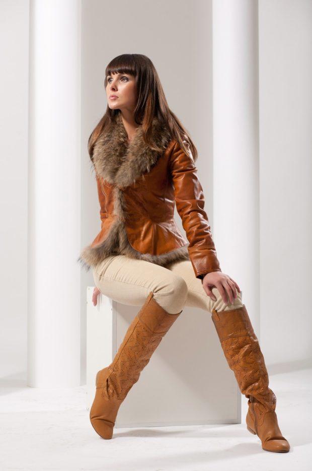 кожаная коричневая куртка с меховым воротом