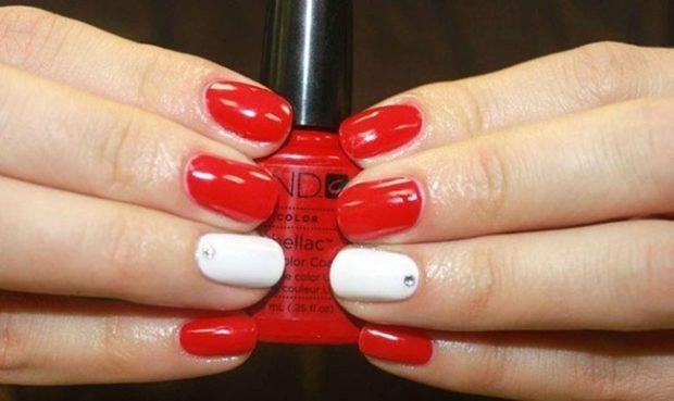 красно-белый маникюр с камушком на одном пальце