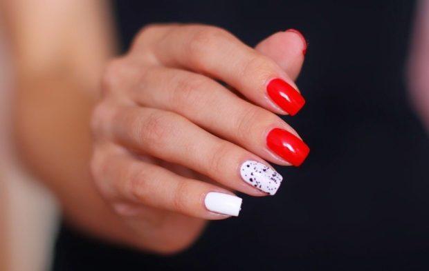 красно-белый маникюр с одним мраморным пальцем