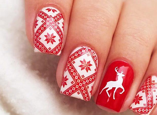 красно-белый маникюр зимний в снежинки с оленем
