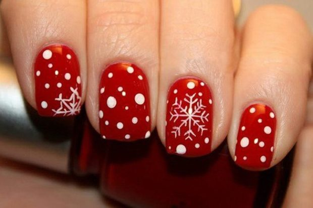 красно белый маникюр зимний с кружочками снежинками