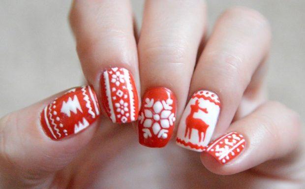 красно белый маникюр зимний с елками с снежинкам оленем