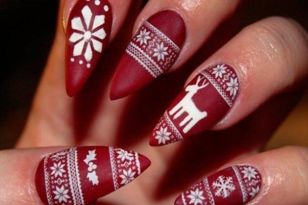 красно белый маникюр зимний со снежинками оленем
