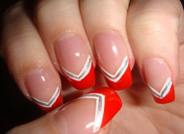 красно-белый маникюр французский с белым и серебристым