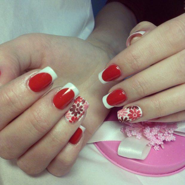 красно-белый маникюр французский с цветами на одном пальце