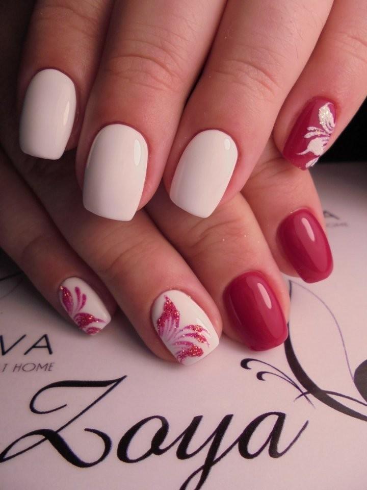 красно-белый маникюр с рисунками цветочков
