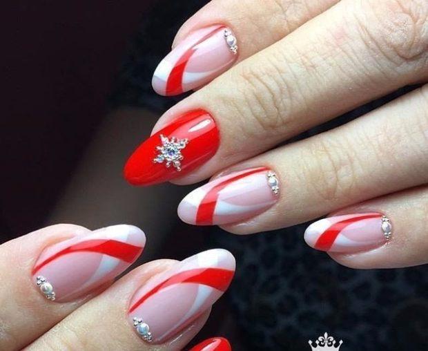 красно-белый маникюр с полосами и камнями