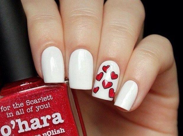 красно-белый маникюр с сердечками