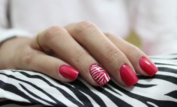 красно-белый маникюр с полосками зебры