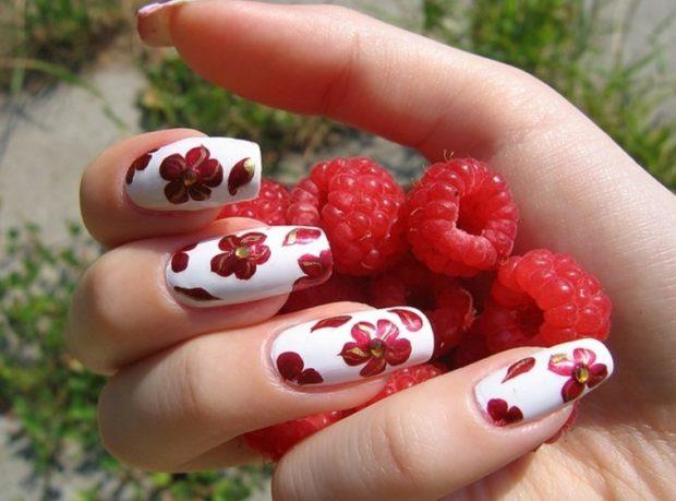 красно-белый маникюр с цветами и камнями