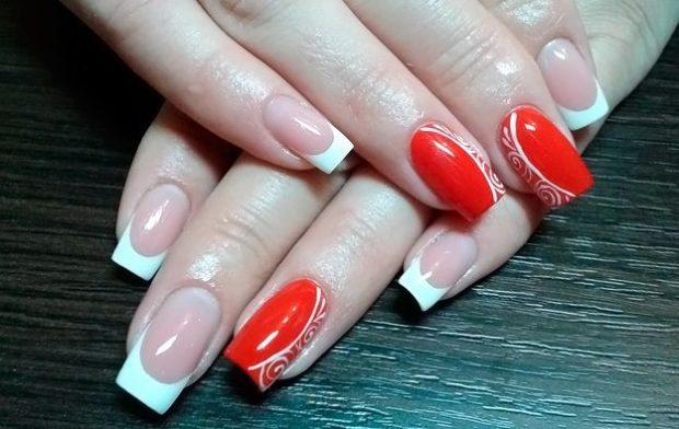 красно-белый маникюр французский с узором на одном пальце