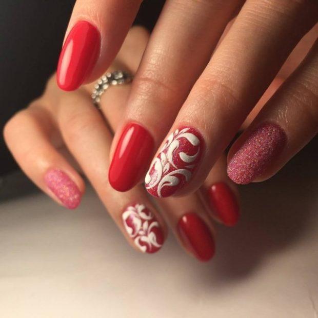 красно-белый маникюр ажурный палец