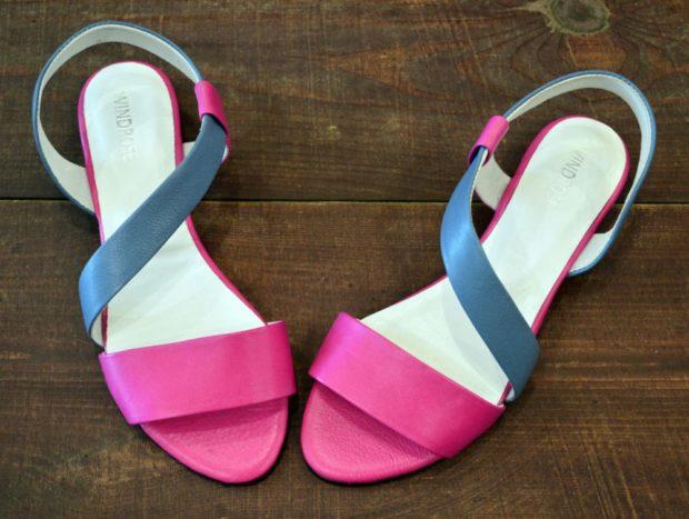 модные босоножки лето: яркие розовые с серым