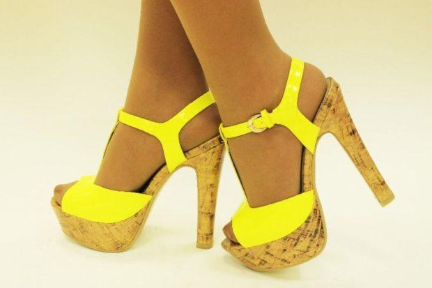 модные босоножки: яркие желтые на высоком каблуке