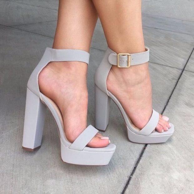 модные босоножки 2018: серые на толстом каблуке