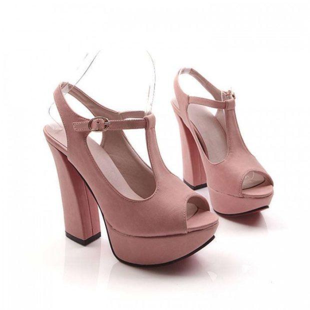 модные босоножки: светло-розовые на толстом каблуке