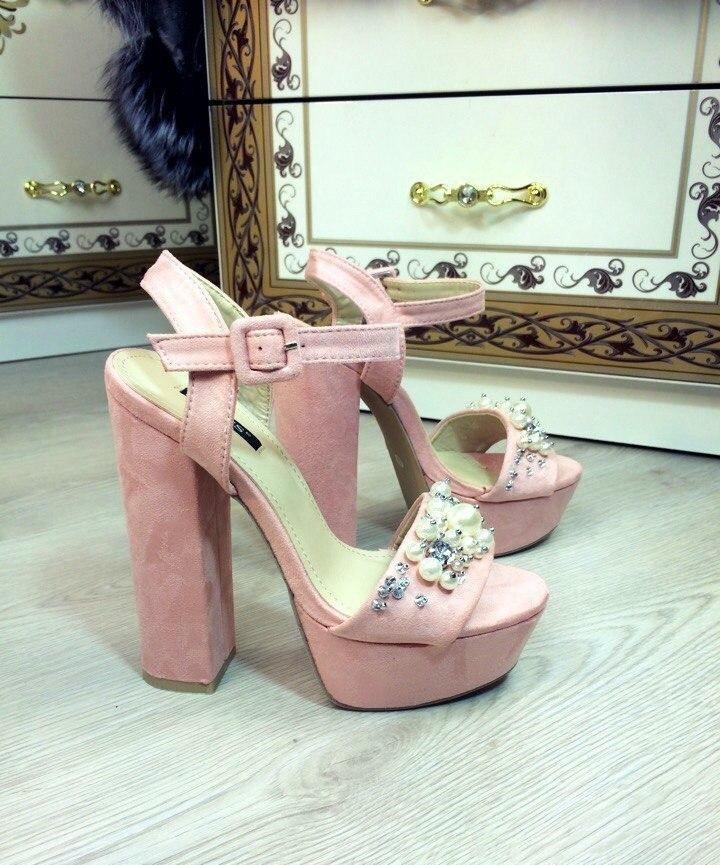 модные босоножки 2018: розовый на толстом каблуке