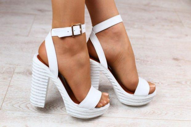 модные босоножки 2018: белые на толстом каблуке