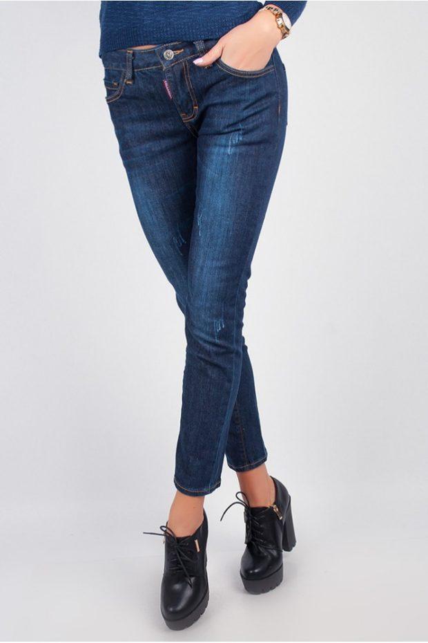 синие классические джинсы по косточку