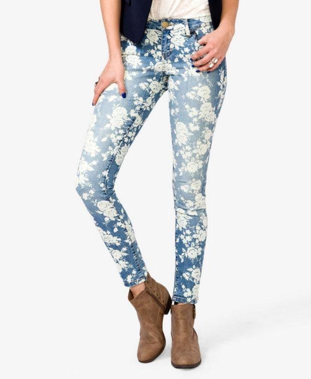 джинсы синие в белые цветы