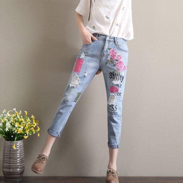 синие короткие джинсы с цветами и надписями