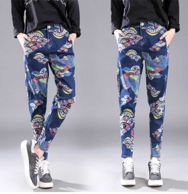 темно-синие джинсы в принт