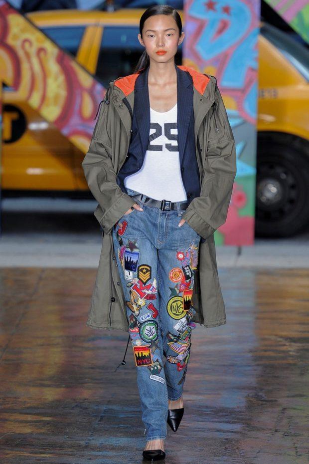 синие джинсы в аппликации цветные