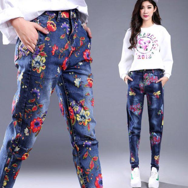 темно-синие джинсы в цветочный принт