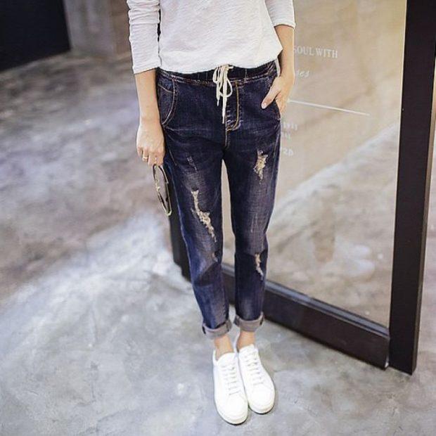 синие джинсы с подворотом