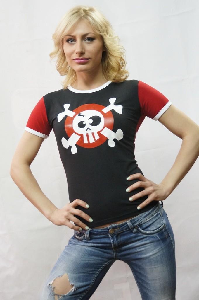 модные футболки 2018 женские: черная с красным с рисунком