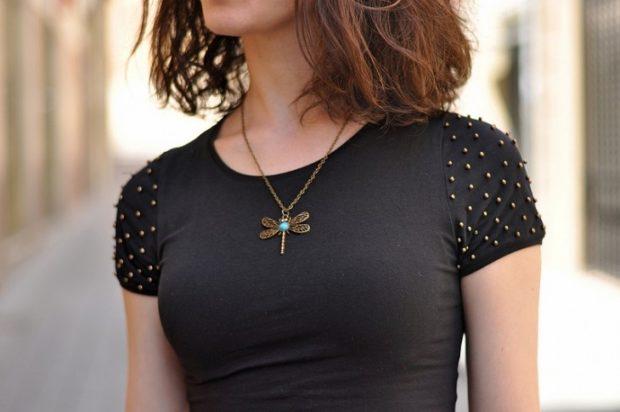 футболка черная с бусинами
