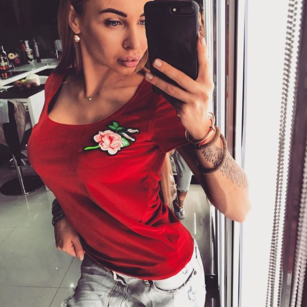 футболка красная с розой