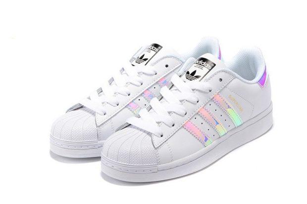 женские кеды: Adidas белые с цветными полосками