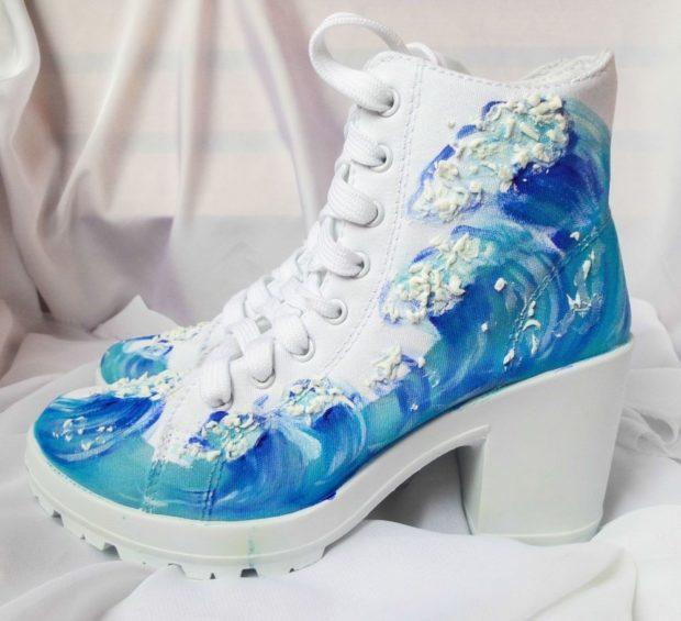 женские кеды: голубые с белым на каблуке
