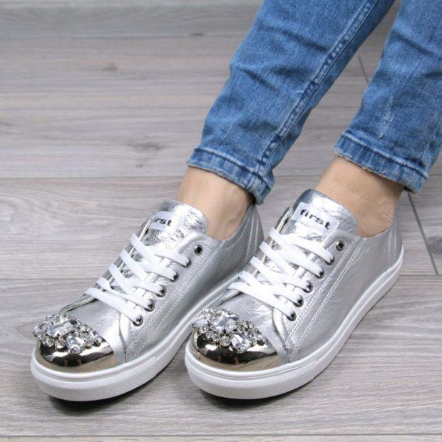 модные кеды 2019-2020: серебристые с камнями на носке