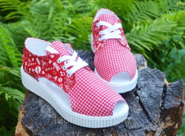 с чем носить кеды: открытый носок красные с белым
